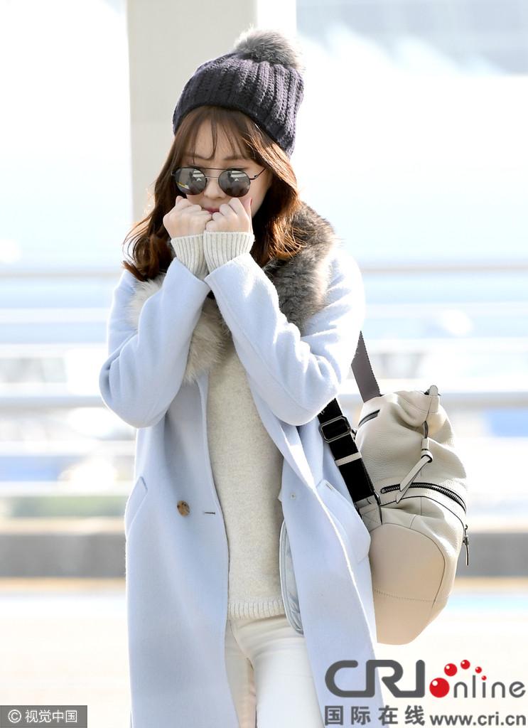 韩国首尔,11月8日,少女时代成员徐贤现身机场,她身穿浅蓝色大衣配毛线帽让人眼前一亮,摆脱冬天厚重感,玩转清新少女风,见镜头捂脸卖萌可爱十足。