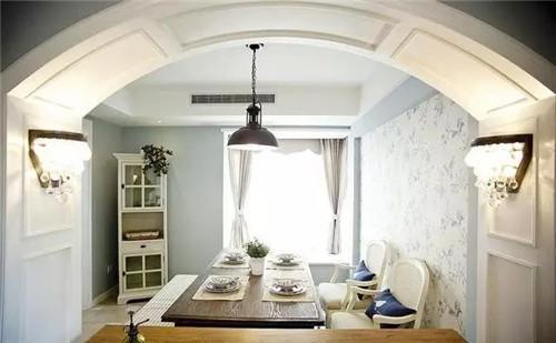 餐廳和客廳的隔斷用拱形門隔開