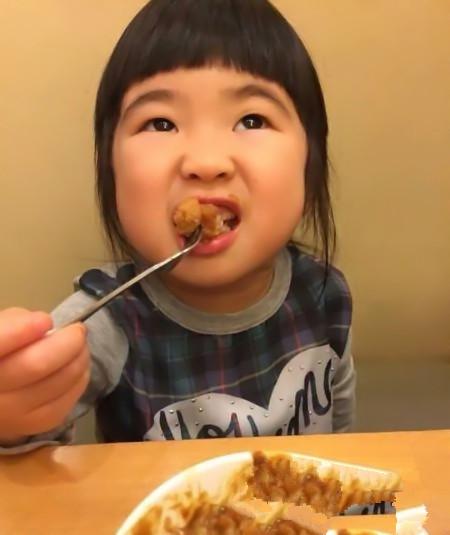 曹格晒女儿姐姐超萌吃面照!吃货的表情太凶狠了!(2)