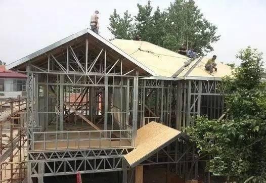 一青年花20万自建轻钢别墅