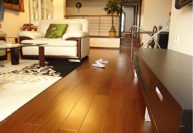 1.实木地板脚感好但需要保养,复合地板清洁起来方便。   2.地板颜色要略浅的,不容易看到落灰。厨卫地砖反而要略深,不容易发现到处都是头发,这样才最耐脏。   灯具照明   1. 漏电保护器和空气开关一定要用名牌的。   2. 灯罩千万不能是冲上的,挂上去之后就等着积灰吧。   3.