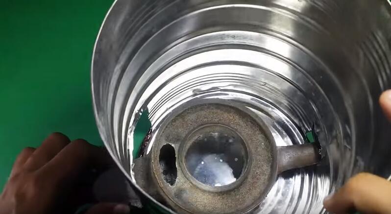 弯曲成与煤气灶相似大小的线圈,把它放入到铁桶内之后,连接上一个水阀图片