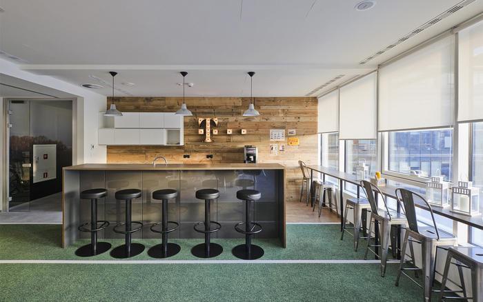 新的房间和区域都被大量使用,事实证明他们功能性也的确非常强大。这些有用设计都是关注用户的切身需求,例如亲密空间、创意空间、团队合作区、休息区和安静的房间。所有休息室的设计都非常有创意,各种各样的设计办公室增添了趣味,造型独特的桌子,色彩鲜艳的图画,设计前卫的休息座位和大胆、有创意的墙纸都让这件办公室与众不同。