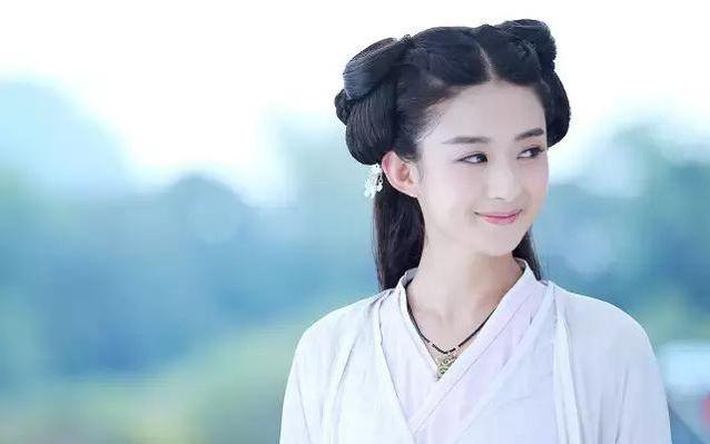 赵丽颖在《花千骨》中古装造型更是可爱俏皮,中分编发发型配上甜美
