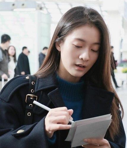 张雪迎素颜现身机场 遇粉丝虎牙配甜笑(图)(2)