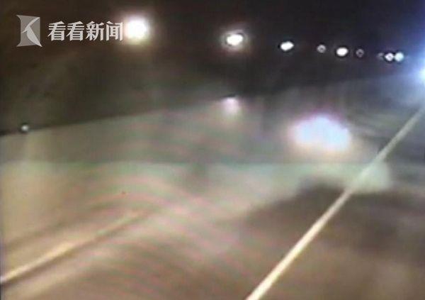 女司机高速撞隧道电缆槽后爆胎 火光四溅 恐怖!