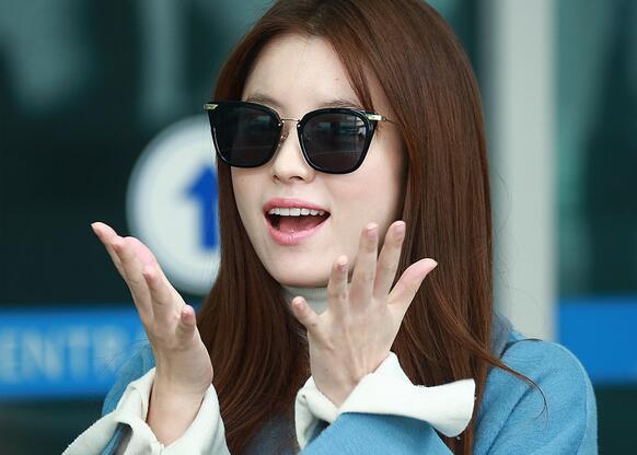 韩孝周现身机场赴巴黎拍广告 女神对镜头飞吻相当可爱(4)