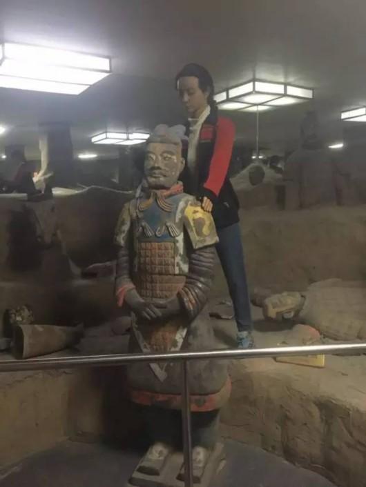 美女 西安/世界八大奇迹馆展品:兵马俑(后面站着的美女工作人员是蜡像)