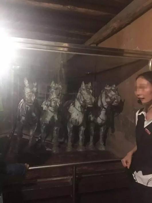 世界 兵马俑/世界八大奇迹馆展品:兵马俑铜车马(旁边这位工作人员是真人!...