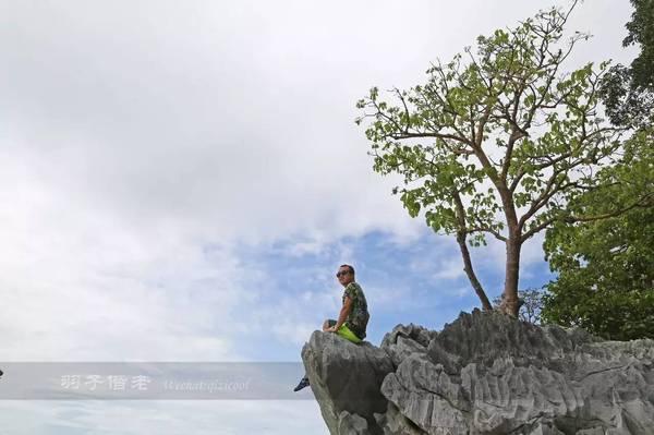 换一个场景,爬到岩石最高处,坐在上面居高临下又是另外一番风景