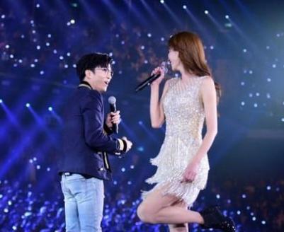 演唱会上,吴亦凡和周华健合唱《刀剑如梦》,还和江疏影现场尬舞掀翻图片