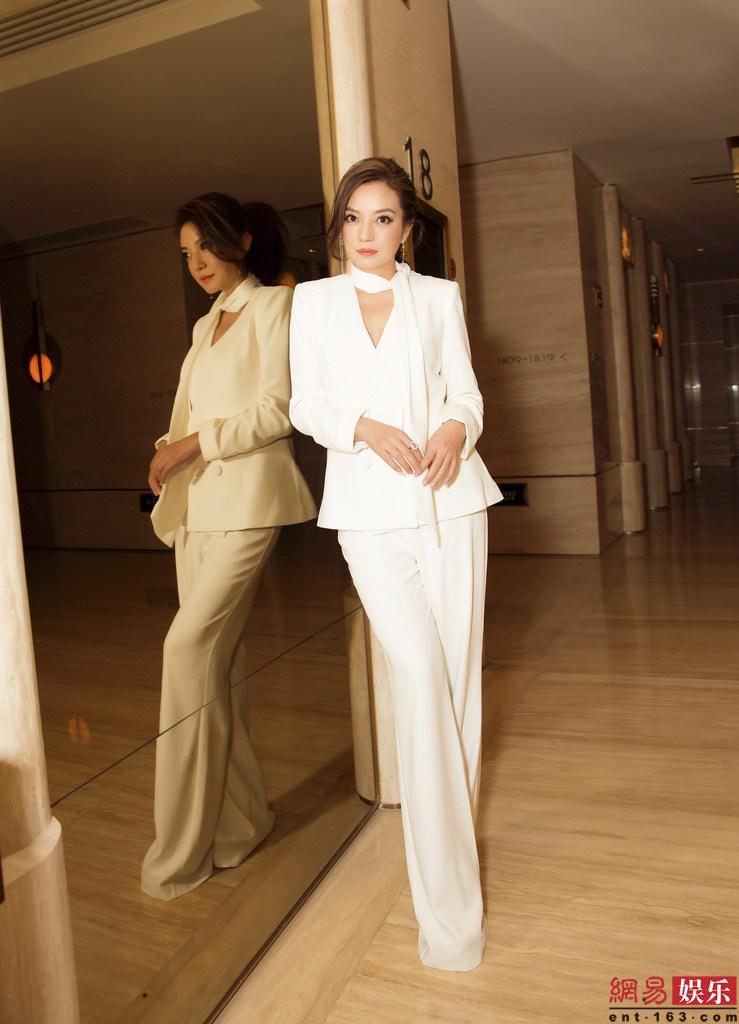 日前,赵薇出席活动拍摄写 真,一身白装西服套装干练时尚,展霸道总裁