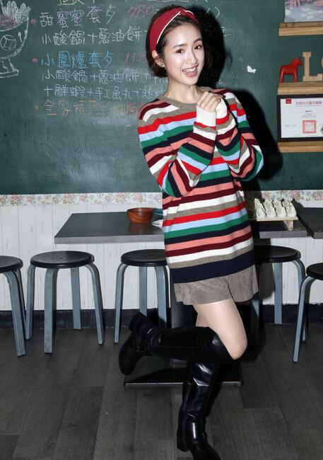 林依晨玩创意包水饺贺年 穿条纹毛衣搭黑色长靴尽显青春靓丽(6)图片