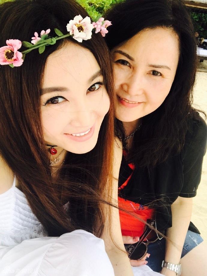 欧美视频哥哥姐姐_温碧霞与哥哥姐姐海边过年 白裙飘逸气质
