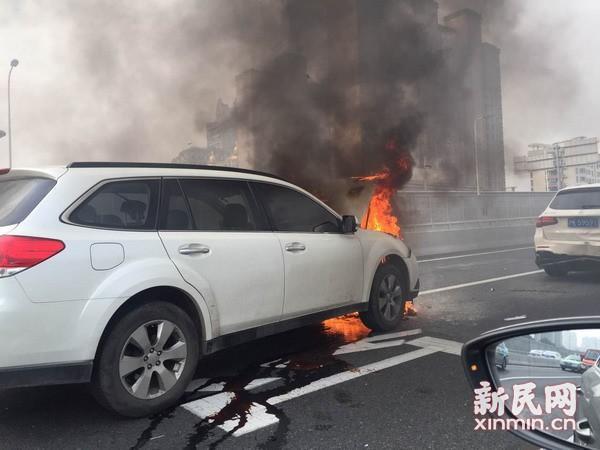 上海南浦大桥发生三车追尾事故 致一车起火燃烧