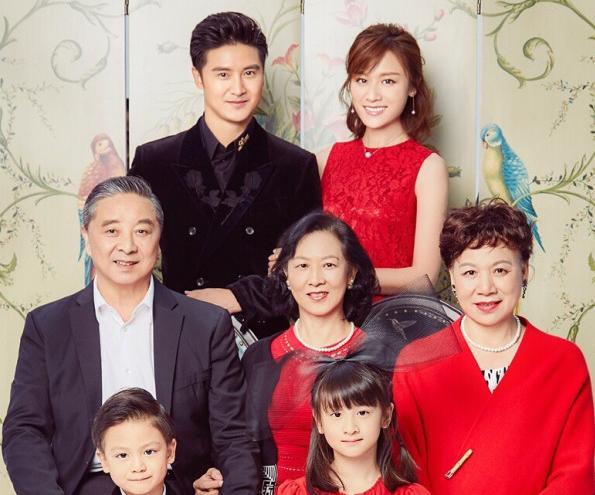 照片中, 小亮仔和森碟坐在第一排,田亮与叶一茜的父母坐在第二排,而图片