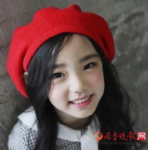 下面这个小姑娘叫李恩采,2011年出生的,是一个6岁的可爱萌娃.
