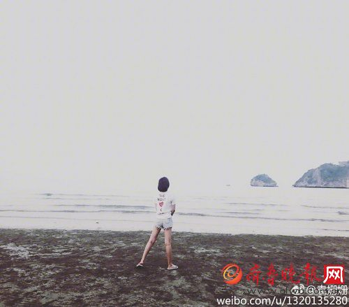 袁姗姗海边自拍,还自嘲p了个假山 有人说山是真的人是