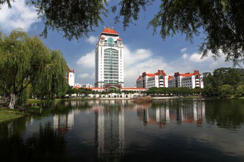 厦门大学,由陈嘉庚先生于1921年创办,是中国近代教育史上第一所华侨