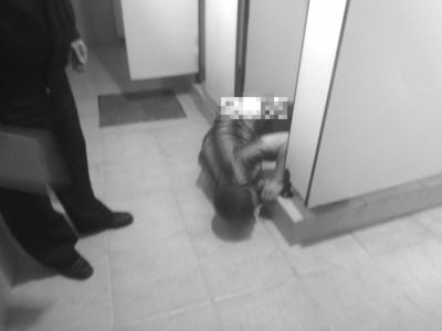 南安一男子解手时酒劲发作 结果醉卧公厕