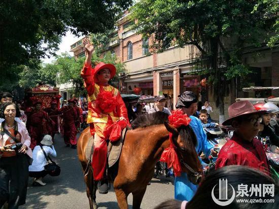 小伙骑高头大马娶新娘 迎亲队八抬大轿穿过闹市