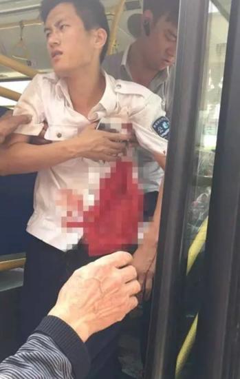 公交司机当街被连捅数刀 民警持枪抓捕制服歹徒