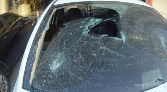 泉州男子从鲤城一酒店出来 连砸七辆小车