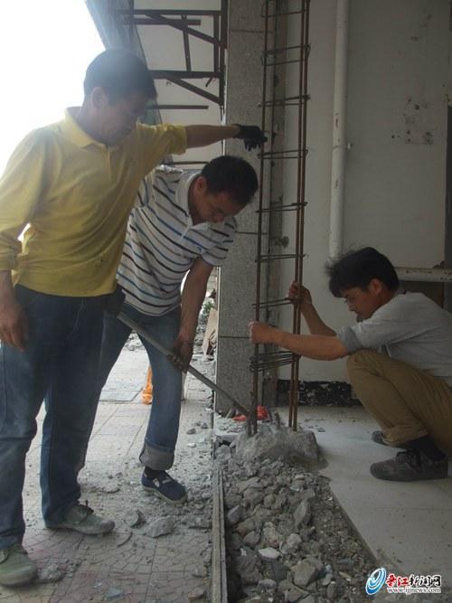 池店居民楼底层柱子被敲断19根 业主昨雇人修复
