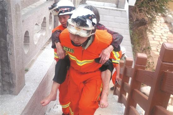 德化八旬阿婆被困河边 7名消防官兵火速赶往救援