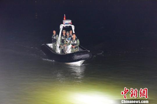 福建一村民踏浪泡澡被潮水卷走 深夜漂流4小时获救