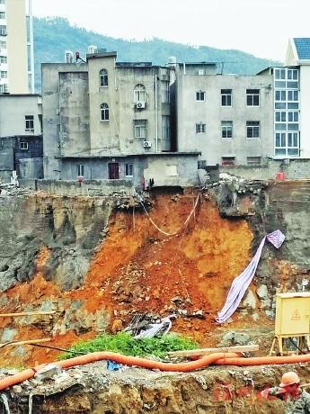 福清一工地边坡发生塌方 成排房子成危房