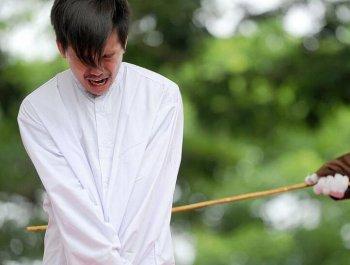 印尼两男子因同性行为被公开执行鞭刑