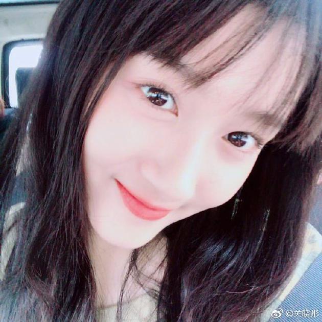 换了发型变成了齐刘海,更显清纯漂亮,似高中女生.图片