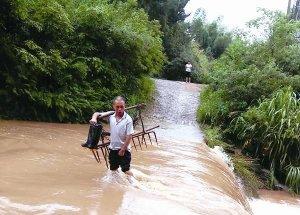 河水暴涨 出行涉水好心慌