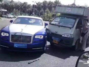 五菱车和蓝白双色劳斯莱斯碰撞 顶级豪车受损