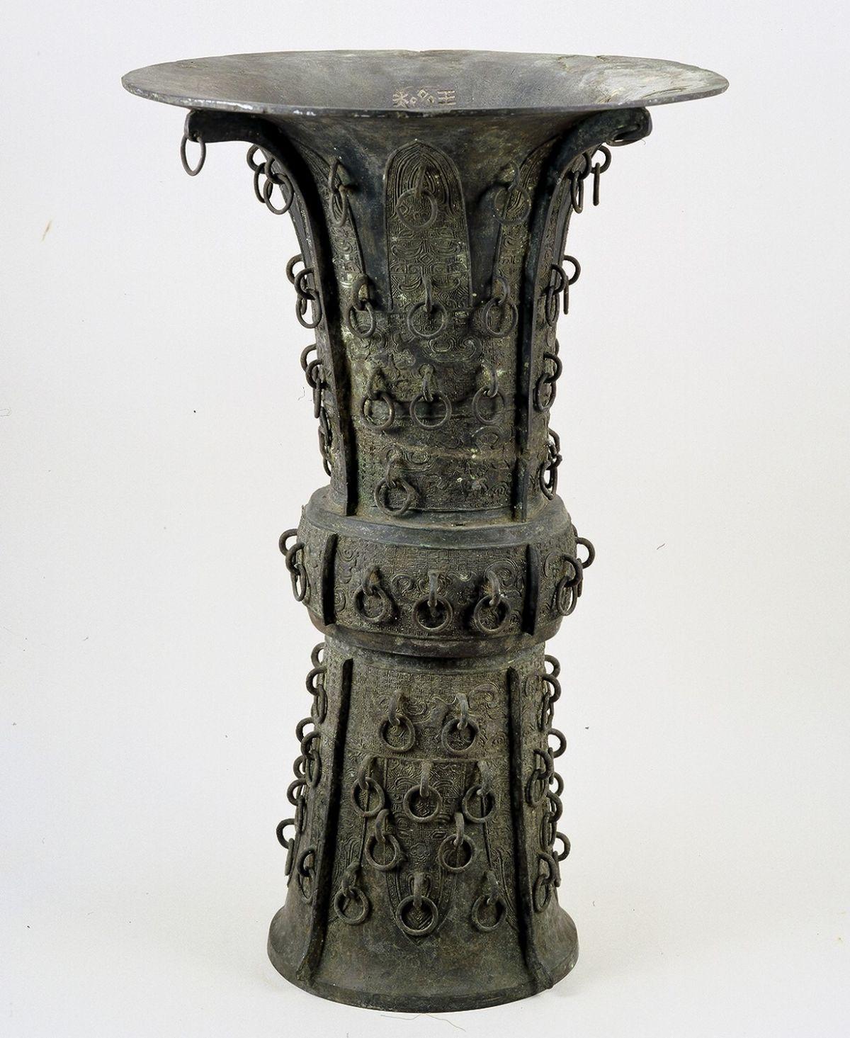 """中国古代铜器源远流长,绚丽璀璨,其造型、纹饰和铸造技术,综合了绘画、雕塑、造型艺术和工艺美术于一体,有着极高的历史价值与艺术价值。 其中,青铜器占据了中国古代铜器极为重要的部分,其萌芽于原始社会后期,夏代初步发展,商周鼎盛,春秋战国繁荣,成为对社会生活产生较大影响的""""礼乐之器""""。秦汉以后,随着社会变革,器物的生活实用性加强,加上铁器、陶瓷器、漆木器的广泛使用,青铜器逐渐衰落,宋元明清则多仿古和作伪。 华侨博物院院藏铜器,虽数量不多,但从战国时期的铜剑到汉唐、宋元、明清的器物,在福建"""