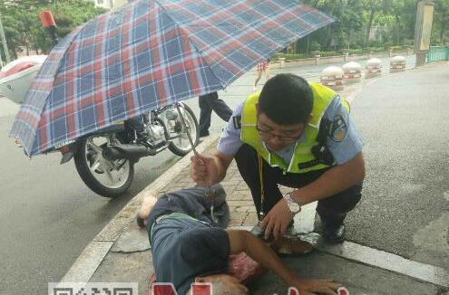 泉州一老人摔倒在人行道 交警上前帮扶撑伞守护