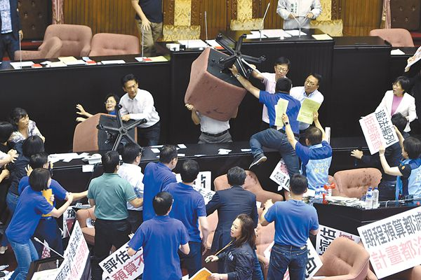 """14日,台湾""""立法院""""的""""功夫片""""升级为""""群殴"""":两党""""立委""""摔水球,扔胶皮乒乓球椅子三维sanwei6200图片"""