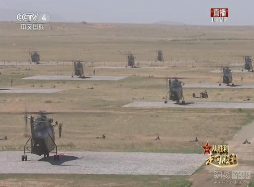 武直10现场展示如何掩护直8运输直升机运送作战部队降落突击.