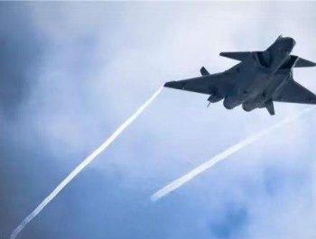 歼20战机高机动飞行:机背披白衣翼尖拉尾流