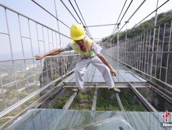 工人180米高空为透明玻璃桥换玻璃