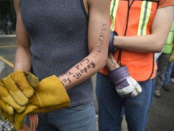 墨西哥地震救援人员留记号 以防不测