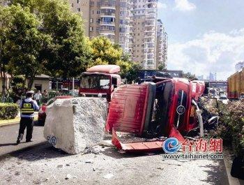 拖头车侧翻司机受重伤 事发东渡路
