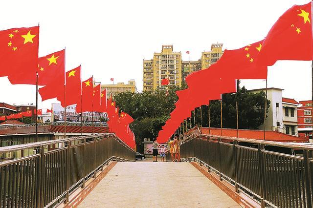 石狮处处洋溢着节日的氛围 五星红旗迎风飘扬图片
