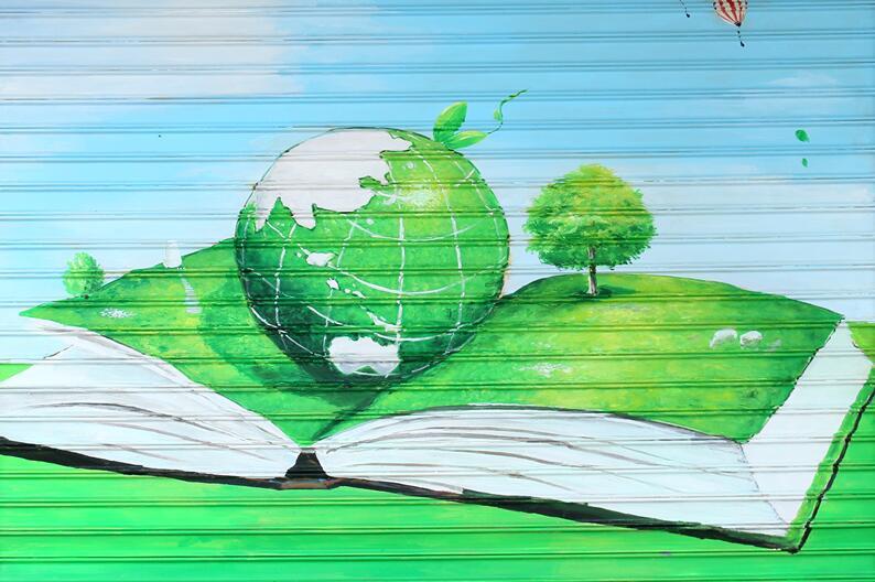 """绿色环保主题手绘公益广告。图片来源:龙岩文明网   通过书本中的地球展现了知识与世界的联系,通过红绿灯前的汽车提醒了市民应遵守交通规则,通过手掌上的房屋传递了建设和谐家园的理念……记者在福建龙岩街道看到,这样的卷帘门共有11扇,除3扇红底白字的24字社会主义核心价值观彩画外,另外8扇门作品均以绿色为主基调,每一幅作品都有其深刻的寓意,同时,还巧妙地运用绿地将这8幅画串联起来,形成一条绿色的""""文明长廊"""",为街道增添一道亮丽的风景线,为岩城增添一抹&ldq"""