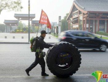 27岁小伙推轮胎从甘肃天水徒步去北京