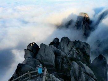 黄山多日秋雨后放晴 云海瀑布如仙境