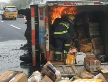 广州:快递货车置身火海 消防钻入抢救
