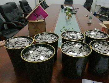 山东菏泽一男子携6袋硬币购车 10名工作人员数了3小时