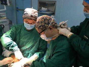 湖南郴州:医生边打针边忍痛做手术